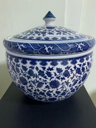 🚚 Nice Porcelain container with lid