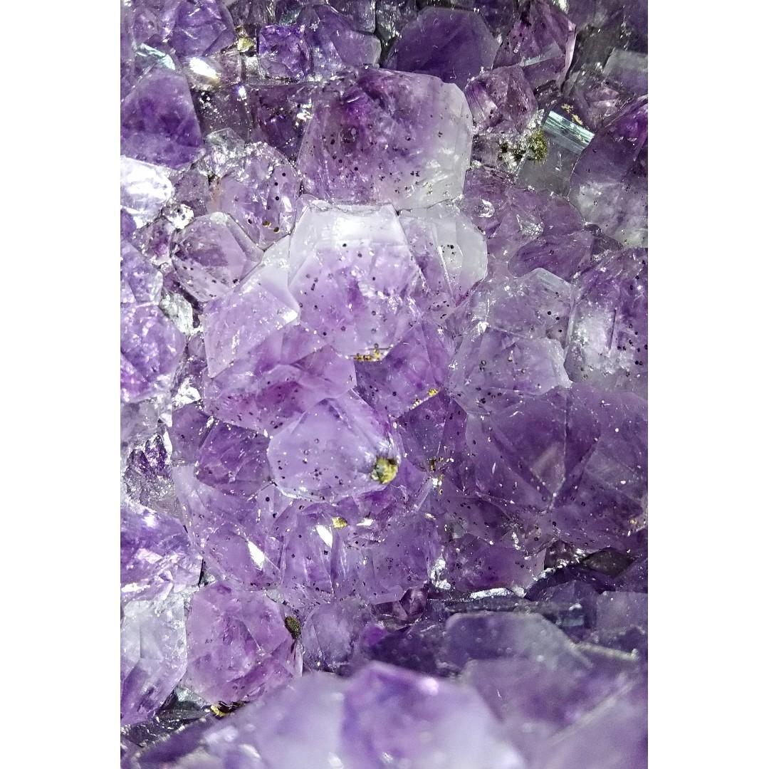 烏拉圭紫晶洞(五行屬土)連轆木座 (洞內有許多礦物)