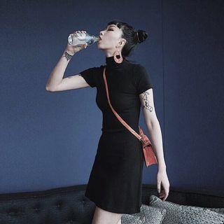 【黑店】歐美簡約風 中高領合身顯瘦螺紋針織洋裝 短袖針織洋裝 百搭小黑裙一步裙 性冷淡風格簡約洋裝