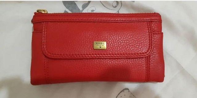 Dompet fossil merah