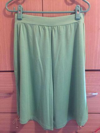 🚚 專櫃品牌 純棉 湖水綠七分褲裙 褲腳邊做拉繩設計 可拉 可放