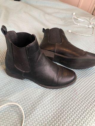 Spurr Flat Ankle Boots Black 6