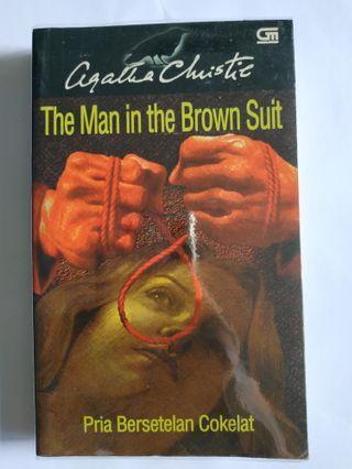 BEKAS Novel Agatha Christie Pria Bersetelan Cokelat Buku Detektif Jadul Klasik