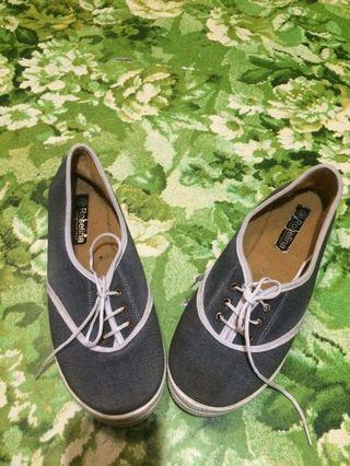 Sepatu abu abu