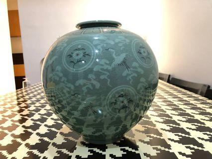 🚚 Expensive Porcelain Vase Letting go at Unbelievable Price of S$188!