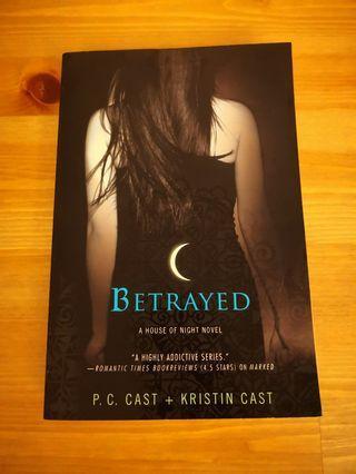 🔔 30% off 🔔 英文小說 Betrayed, PC Cast + Kristin Cast