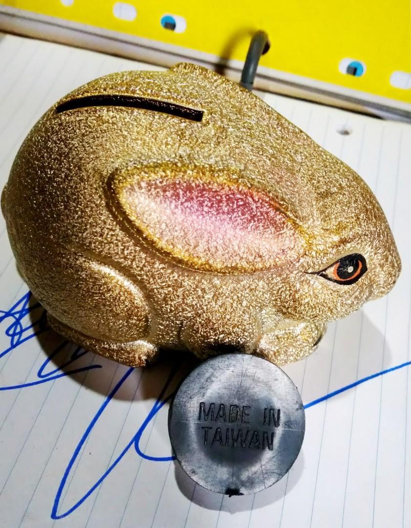 1986年台灣旅遊,購買啲手信,陶瓷兔子抢金錢錢罌撲滿,可當裝飾物保存至今。 made in taiwan台灣製造之陶瓷!
