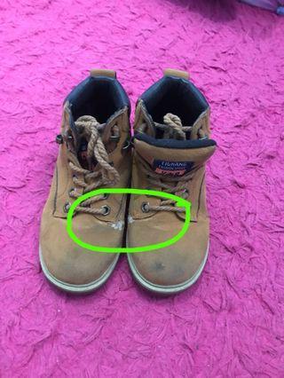 Sepatu boots anak, beli hrga 375ribu , ada defact sedikit bisa geser fotonya,jual murah aja,size 6 tahun ukuran 30 beli di china