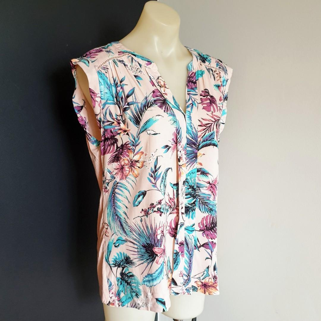 Women's size M 'KATIES' Gorgeous floral print  button down sleeveless blouse - AS NEW