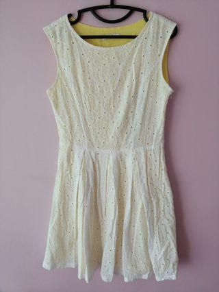 🚚 White Floral Crochet Pleated Dress