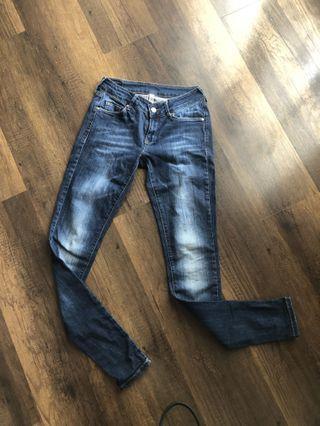 Skinny jeans ,low rise,modelnya ngangkat bokong ,keren deh