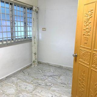 412 hougang ave 10, near Hougang mrt, Common room for rent.