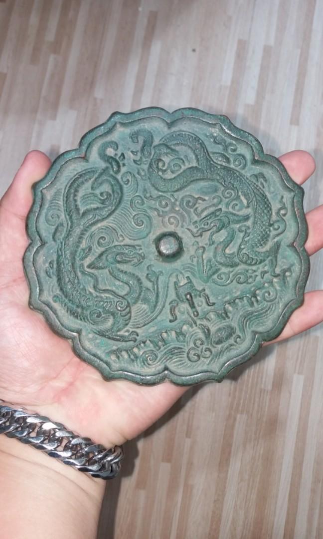 清末時期手雕舊銅鏡$880,清銅的發黑就是銅的年份歷史,稱為皮殼,日積月累就會自然發黑,雕功精細罕有