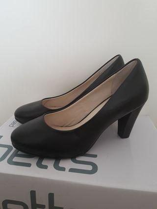 Airflex Black Leather Heels - Size 6 1/2