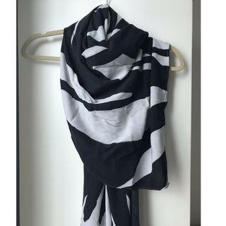 Uniqlo Hana Tajima Scarves/Hijab Black & White