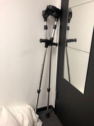 拐杖 crutches