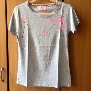 LULUS。淺灰色 螢光粉唇印✖️小洞洞造型短袖圓領T-shirt #半價衣服拍賣會