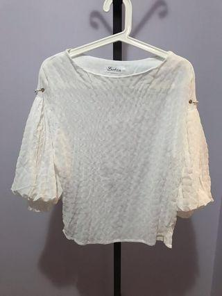 🚚 White top with lace and pearl details