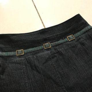 🚚 古著 復古綠色條紋裝飾 藍黑牛仔裙 深色彈性丹寧 下擺不對稱褶子
