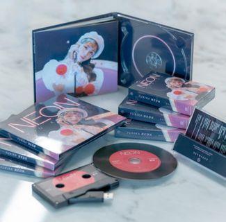 end 25/4 yukika neon cd cassette pc badge
