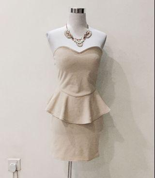 🚚 Peplum tube dress in nude