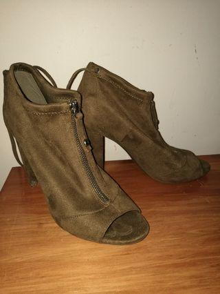 GUESS Heels with open toe, Size 8.5