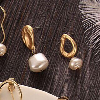 🚚 Asymmetrical Gold Earrings with Pearl