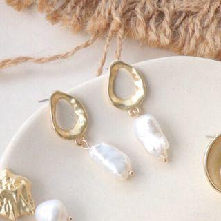 Gold Earrings with elongated pearl