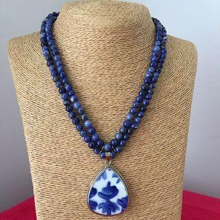 𗁧𗁧SALE!! Sodalite necklace w porcelain pendant - vintage look