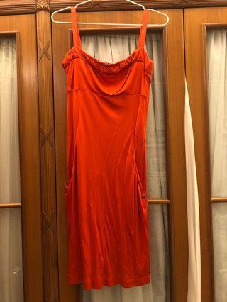 露背紅色短裙