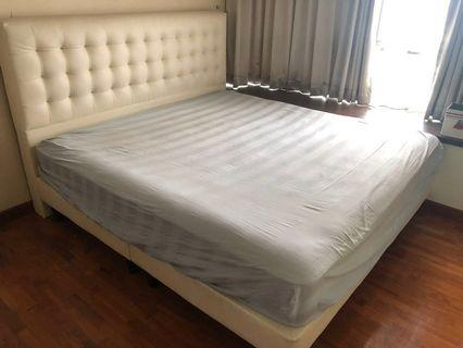 🚚 50 % off! Simmons King Frame with mattress