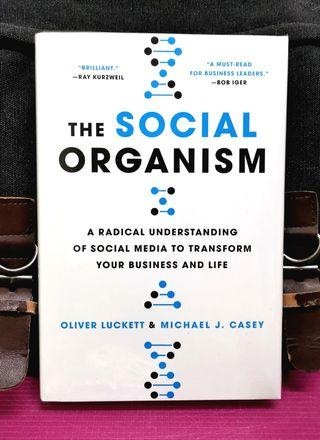 《BRAN-NEW HARDCOVER ! + Seeing The Concept of Social Media From The lens Of An Organism》Oliver Luckett + Michael J. Casey - THE SOCIAL ORGANISM : A Radical Understanding of Social Media to Transform Your Business and Life