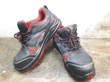 Safety sneakers / safety boots