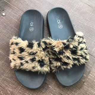 Rubi Sandal Bulu