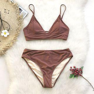 🚚 Two-piece swimsuit: Look spectacular in a bikini set that matches with everything. Style this bikini set with your favorite hat and a neutral cover up