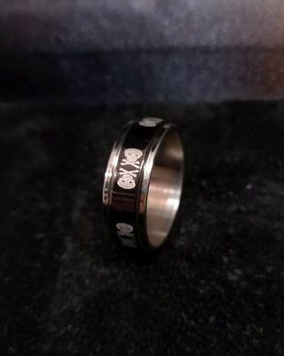 Skull rotatable ring