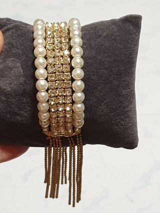 (New) Costume Jewellery - Bangle : 19cm round the wrist