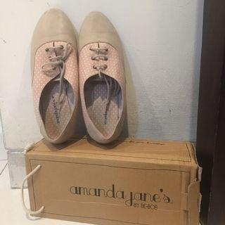 Sepatu warna Coklat Muda