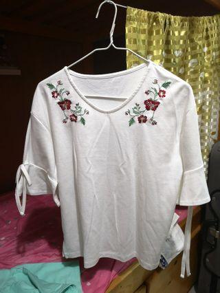 白色紅花上衣