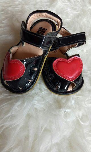 Sepatu sendal bayi