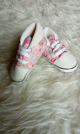 Sepatu bayi pipiniko