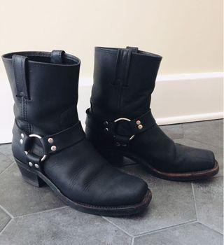 FRYE Black Harness Boot in Black in Size 8
