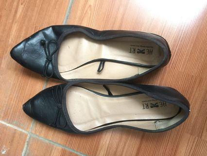 Sepatu flat the little things she needs