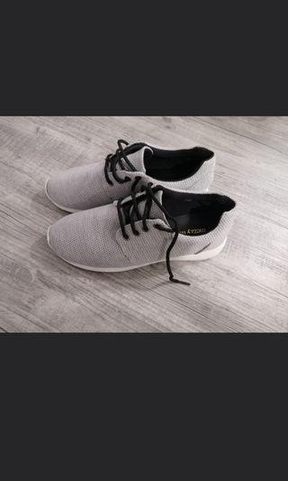 🚚 3 pair of Women's shoes