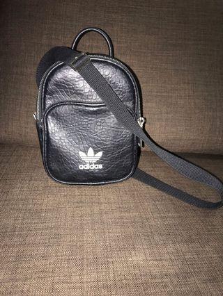 🚚 Adidas mini sling