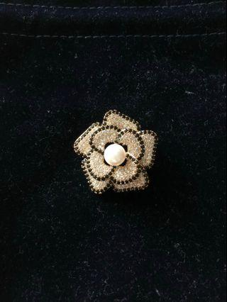 Flower-shaped brooch / pendant