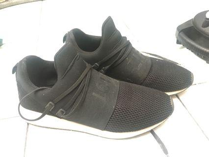 sepatu pull and bear . good condition tinggal cuci like new .