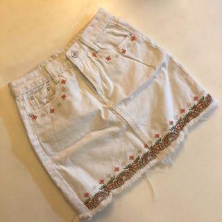 刺繡碎花純色素面白色牛仔A字裙💭 (穿過一次)