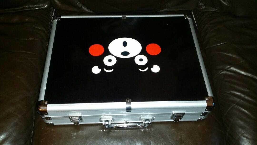 Kumamon, Ultra big mahjong, 42 mm long, 32 mm wide, 22 mm high, with beautiful Kumamon steel box, like new, trade in Tuen.Mun  熊本熊家……超大隻麻雀 (超大字……長者恩物),連靚熊本熊鋼盒子,勁靚仔,(加熊本熊麻雀板毯……另加130$), 屯門交收