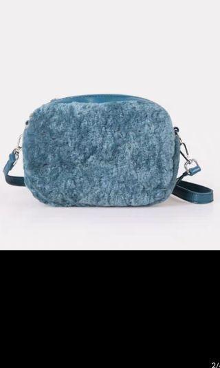 🚚 Furry sling bag